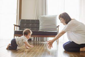 ハイハイをする赤ちゃんと母親