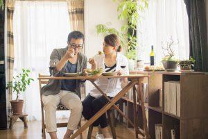 自宅で食事をする夫婦