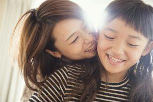 母親と娘の笑顔
