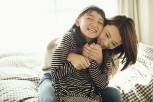 自宅でくつろぐ母親と娘