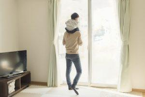 肩車をする父親と赤ちゃん