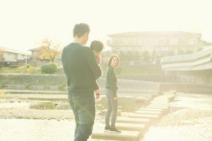河川敷を歩く親子
