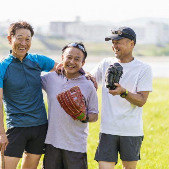 仲間と野球を楽しむシニア男性