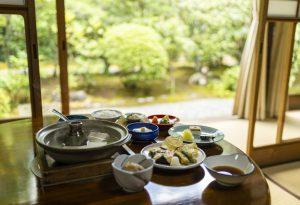 庭を見ながら食べられる湯豆腐定食