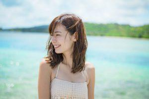 グアムの海を楽しむ女性
