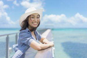 グラムの海辺と女性