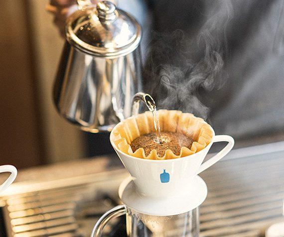 カフェでコーヒーを淹れている
