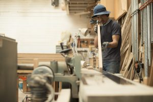 木工家具職人の男性