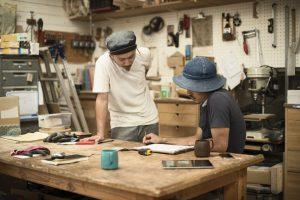 木工家具職人の男性たち