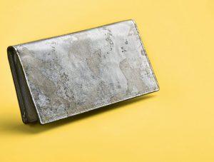 黄色い背景にシルバーの長財布