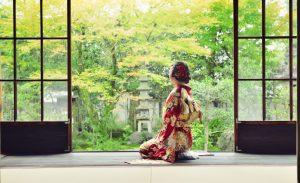 庭を眺める着物をきた日本人女性