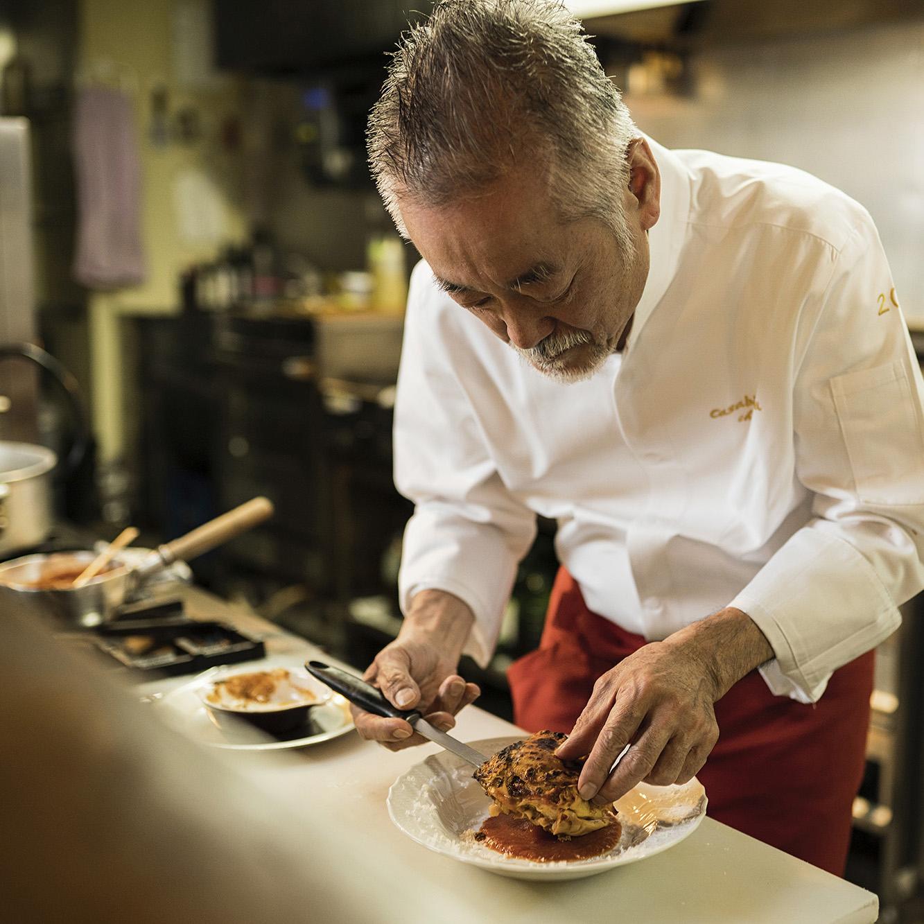 イタリア料理の盛り付けをするシェフ