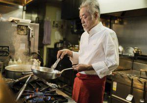 イタリアンシェフが料理を作っている