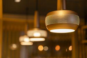 飲食店のオシャレなライトの写真