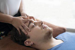 頭部のマッサージを受ける男性