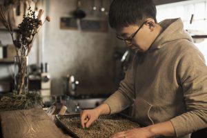 珈琲豆をチェックする男性