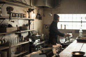 喫茶店で働く男性