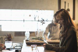 カフェのカウンターでくつろぐ女性