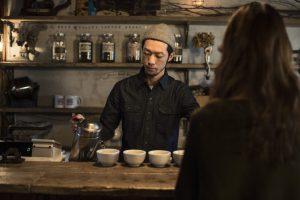 珈琲を入れるカフェのオーナー