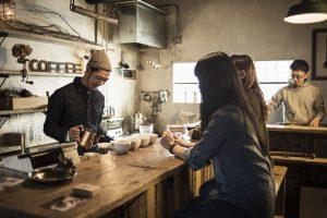 カフェでコーヒーを淹れる店員