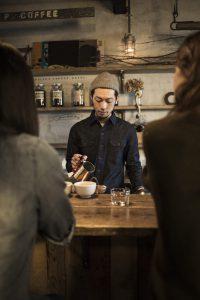 カフェでコーヒーを淹れる店主