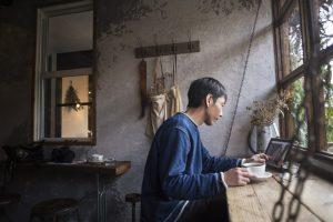 カフェでコーヒーを飲む男性