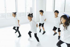 ダンスを踊る子供たち
