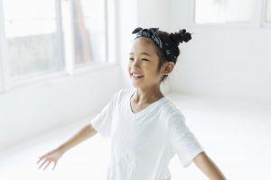 笑顔でダンスを習う女の子
