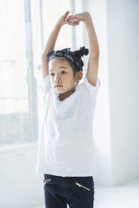 スタジオでダンスを習う女の子