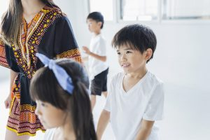 ダンスを習う男の子の写真