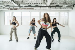 ダンススタジオでダンスする女性4人の撮影