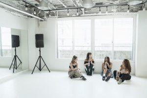 スタジオで休憩中の女性ダンサーたち