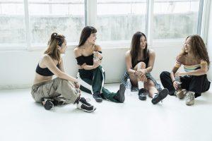 休憩中の女性ダンサーたち