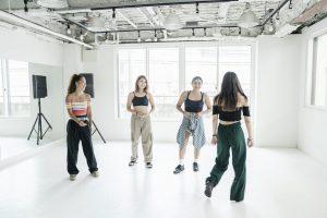仲間たちとスタジオでダンス