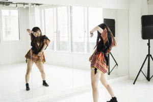 鏡の前で踊るダンサー