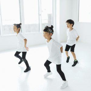 楽しくダンスをする子供たち