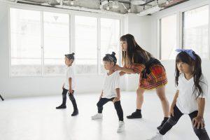 先生にダンスを習う子供たち