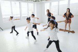 ダンス教室でダンスをする子供たち