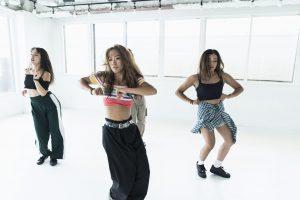 ダンスをする女性たち