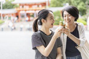 京都観光でソフトクリームを食べるアジア人女性