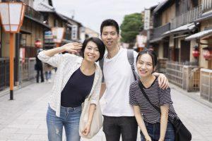 京都観光をするアジア人の若い男女3人