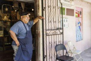 パン屋の入口で笑う店主