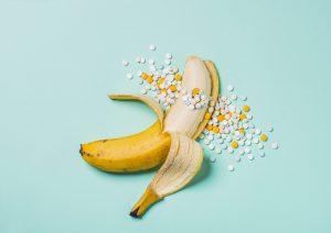 バナナから薬やビタミンがあふれ出ているイメージ