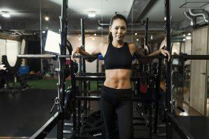 クロスフィットトレーニングで体を鍛える女性のポートレイト