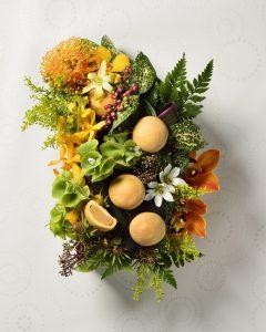 彩りのキレイな花とお菓子