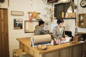 雑貨店で働く二人の夫婦オーナーの仕事風景