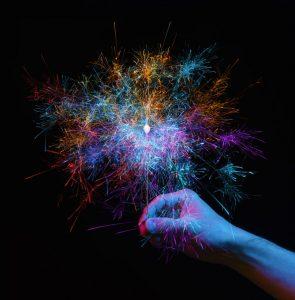 手に持つカラフルな線香花火