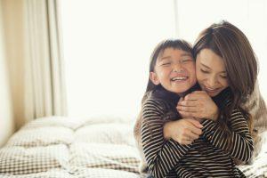 母が娘を抱きしめている写真