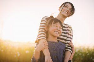 コスモス畑で一緒に過ごす母と娘