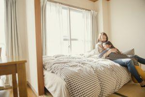 自宅で娘が母に抱きついている写真